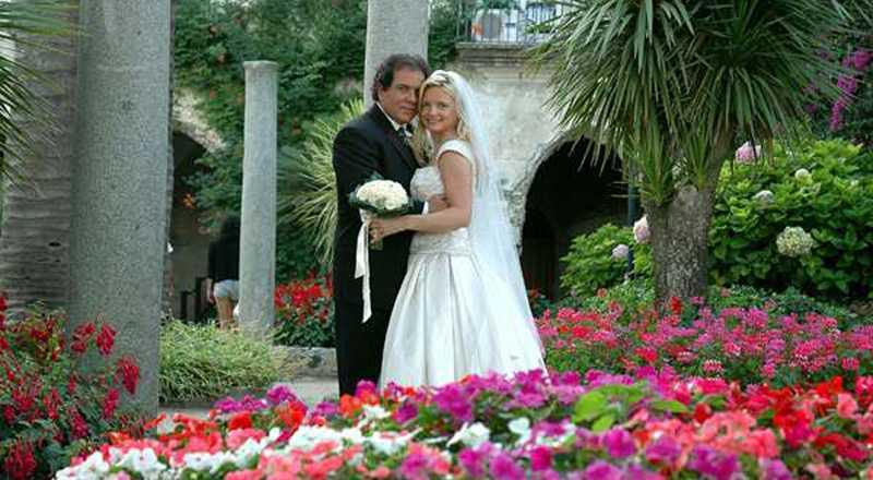 Lynn France tillsammans med maken John på deras bröllopsdag. Lynn fick en chock när hon hittade foton från makens nya bröllop på en Facebook-sida.