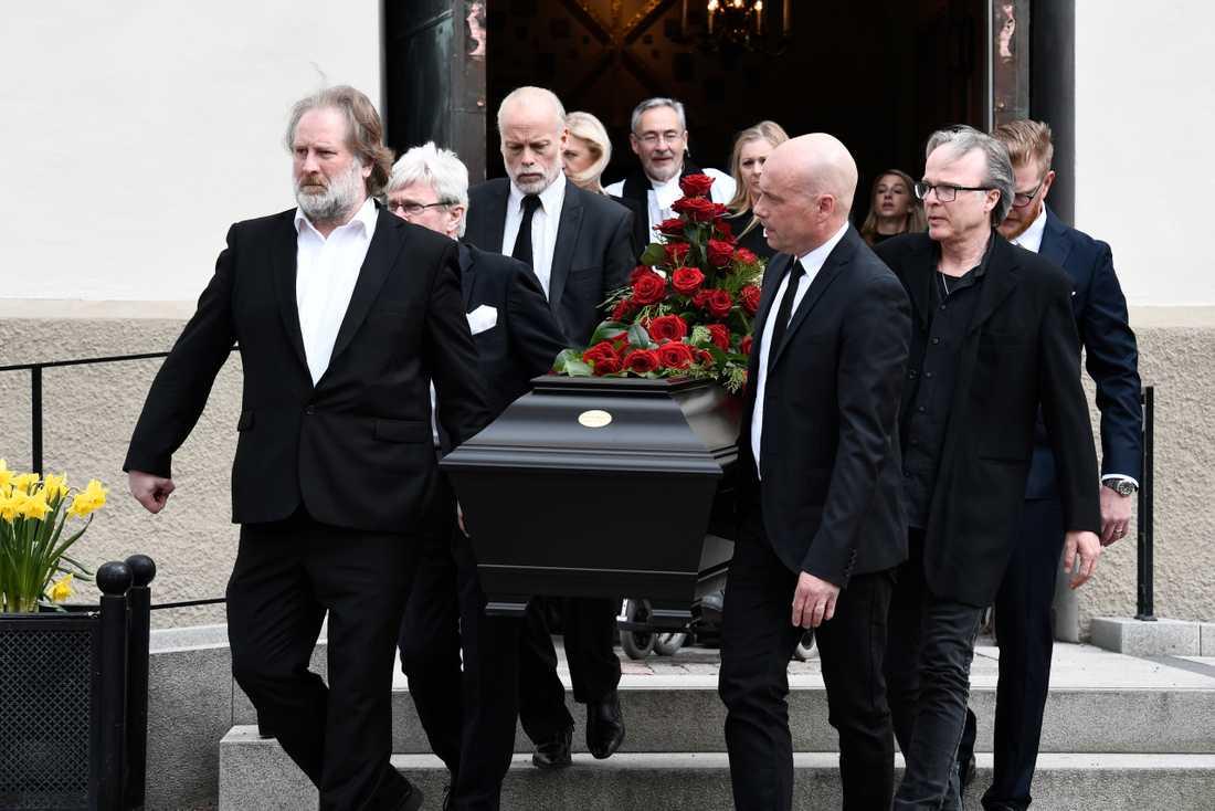 Vänner och familj för Sven-Erik mot sista vilan.