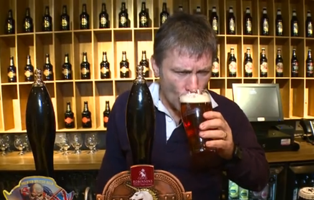 Bruce Dickinson provsmakar sin egen öl.