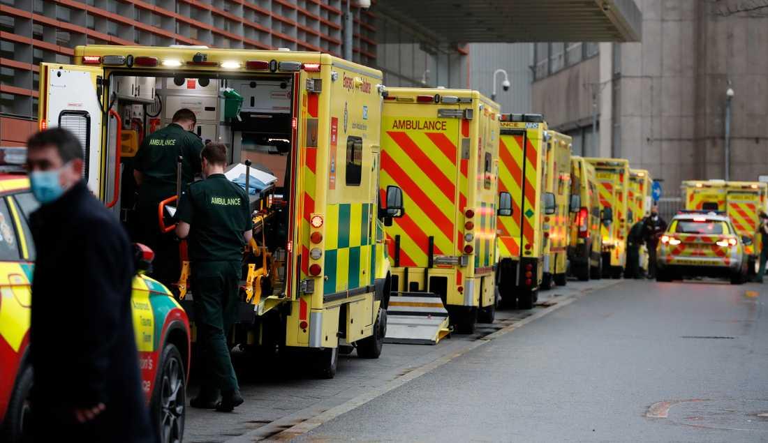 Ambulanser i kö utanför Royal London Hospital i den brittiska huvudstaden.