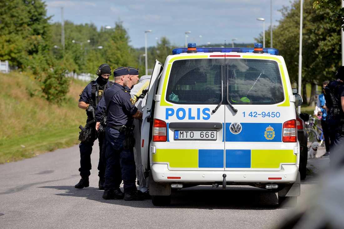 Polisen har gripit fyra personer som misstänks för förberedelse till rån.