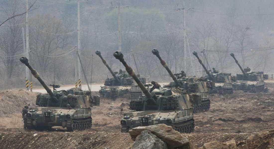 Gränsen är stenhårt bevakad. Här sydkoreanska bandvagnar.