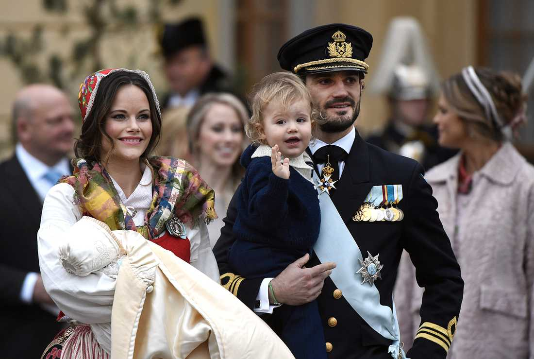 Mamma Sofia och pappa Carl Philip med brodern prins Alexander under Gabriels dop.