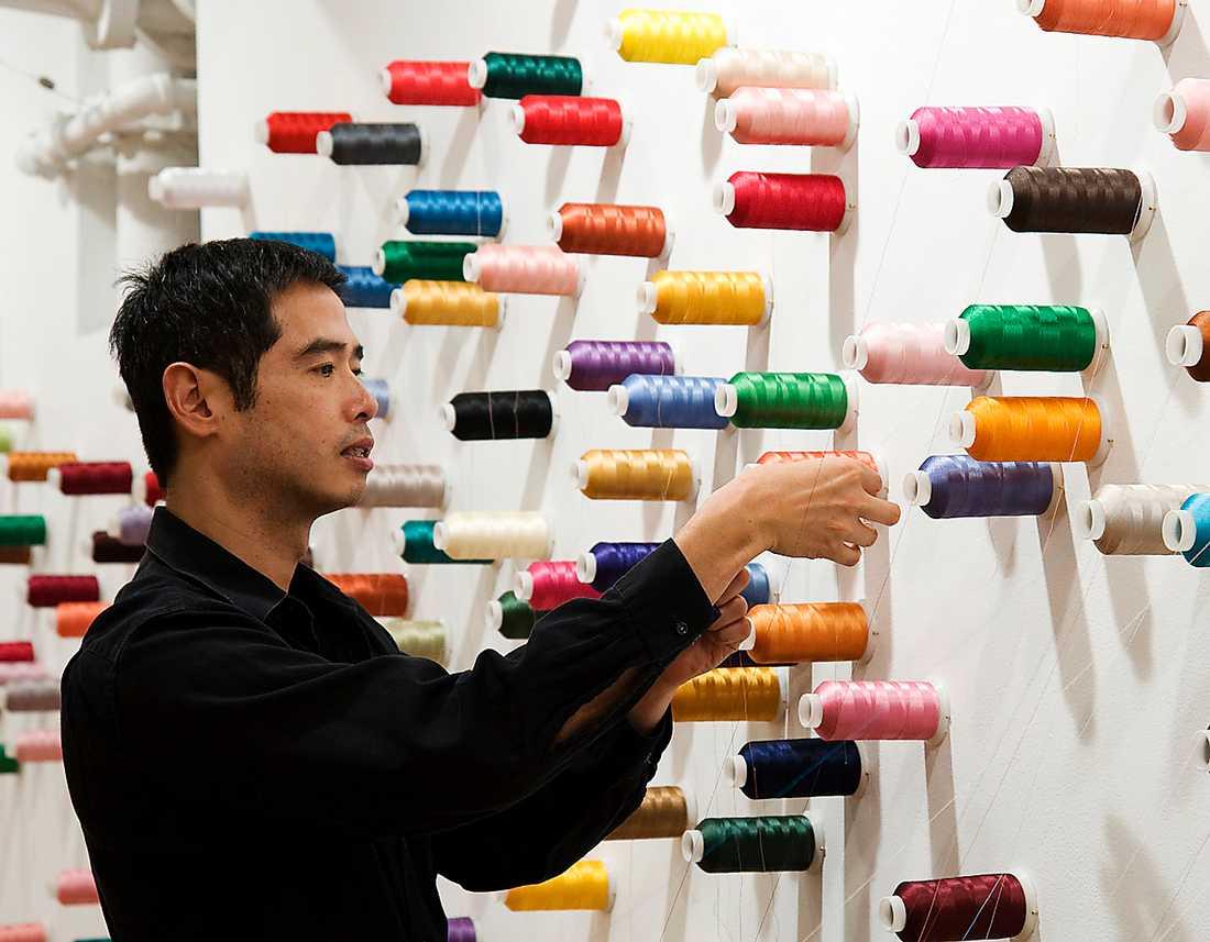 """Lee Mingwei, """"The mending project"""", från 2009 och pågående."""