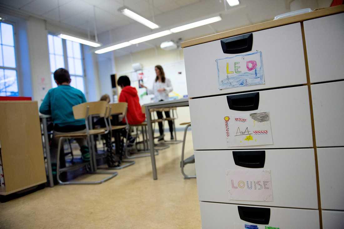 Det skulle behövas tusentals lärare för att komma till bukt med lärarbristen, visar en rapport från Universitetskanslerämbetet.