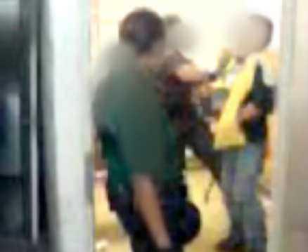 FILM 1  En person avvisas från tunnelbanestationen T-Centralen och tas in i ett slutet rum. 1. Tre väktare ger sig på en man som inte gör något motstånd under den aktuella filmsekvensen.