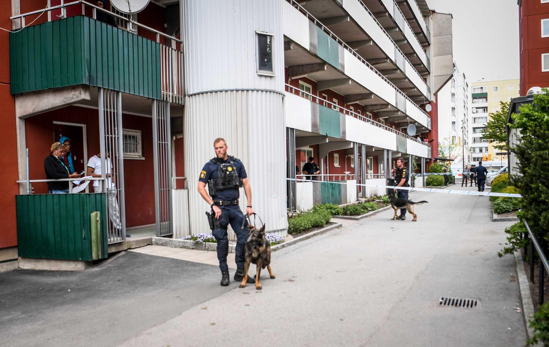 Polis på plats i Husby i nordvästra Stockholm efter dödsskjutningen den 31 maj. Arkivbild.