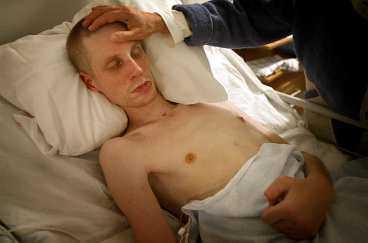 Niklas vårdades på sjukhus efter misshandeln. När Aftonbladet träffade hans familj 2004 var han inte kontaktbar. I april 2005, ett halvår efter misshandeln, avled Niklas av sina skador.