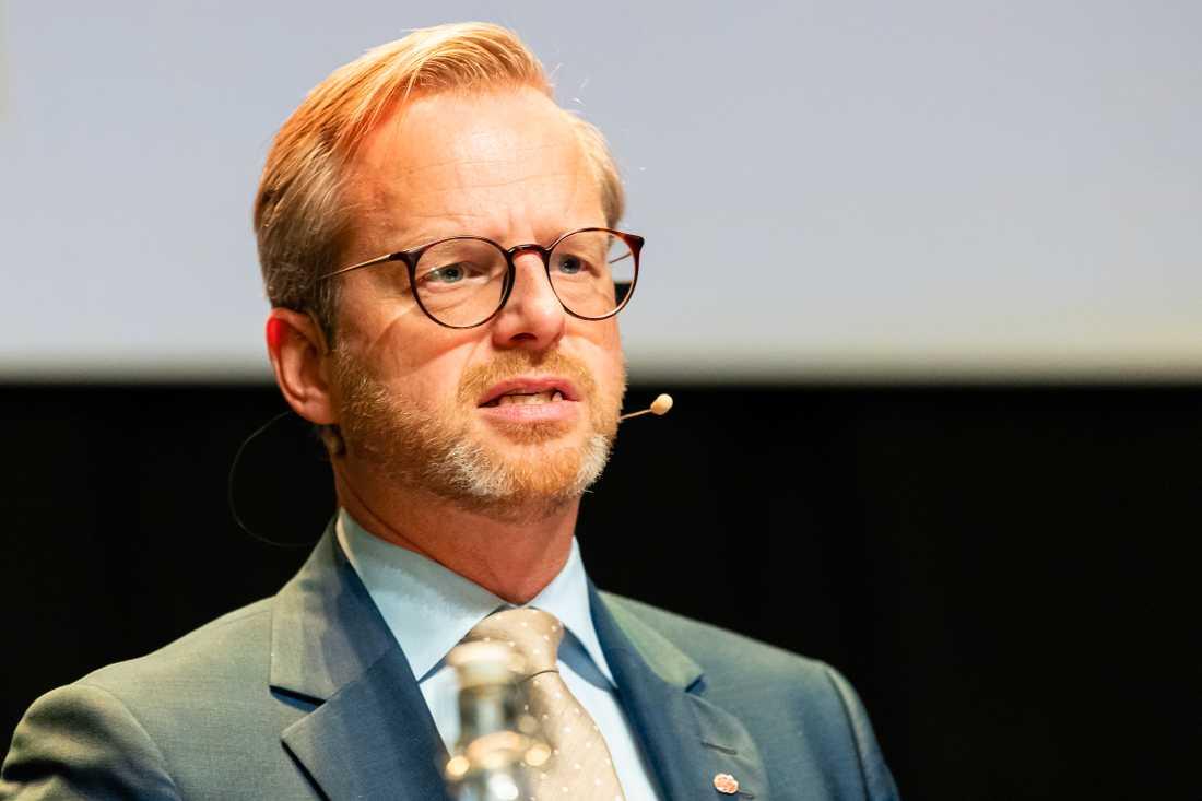 Inrikesminister Mikael Damberg (S) har bjudit in alla partier utom SD till samtal om gängvåldet.
