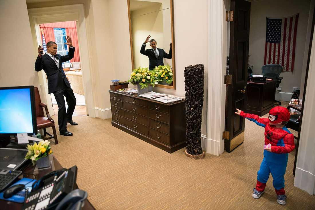3-årige Halloween-firaren Nicholas Tamarin fångar Obama i sitt nät.