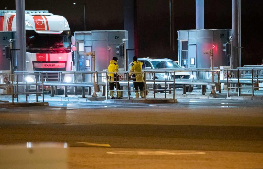 Köer vid betalstationen på Lernacken efter att all fordons- och tågtrafik på Öresundsbron stoppats i båda riktningarna på onsdagskvällen.