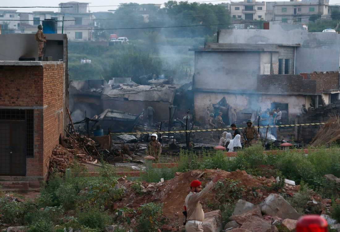 Ett militärplan störtade i Rawalpindi nära Pakistans huvudstad Islamabad, minst 17 personer har omkommit.