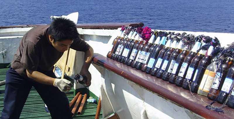 Besättningen byggde molotovcocktails med hjälp av ölflaskor för att skydda sig mot angriparna.
