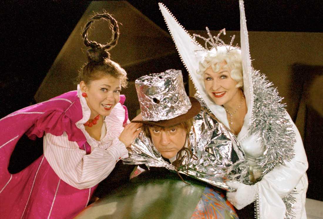 Julkallendern 1999. Julen Hjältar med Ing-Marie Carlsson, Tomas Bölme och Kim Anderzon.