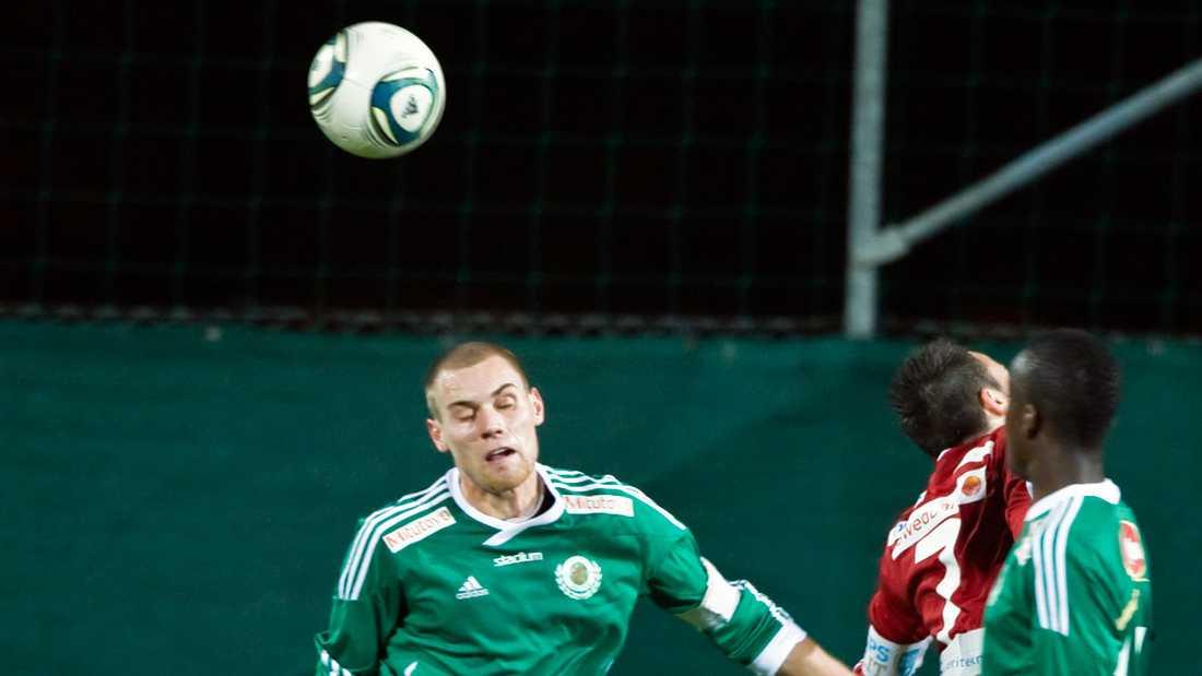 David Fällman, till vänster, har precis nickat bort bollen.