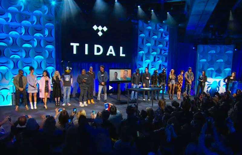 STJÄRNSPÄCKAT Artisterna radade upp sig på scenen under Tidals presskonferens.