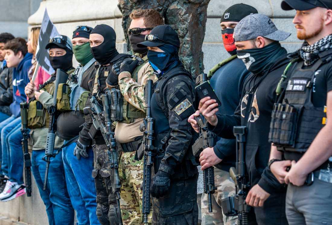 En grupp beväpnade män och kvinnor ställde sig vid stadshuset i Pittsburgh.