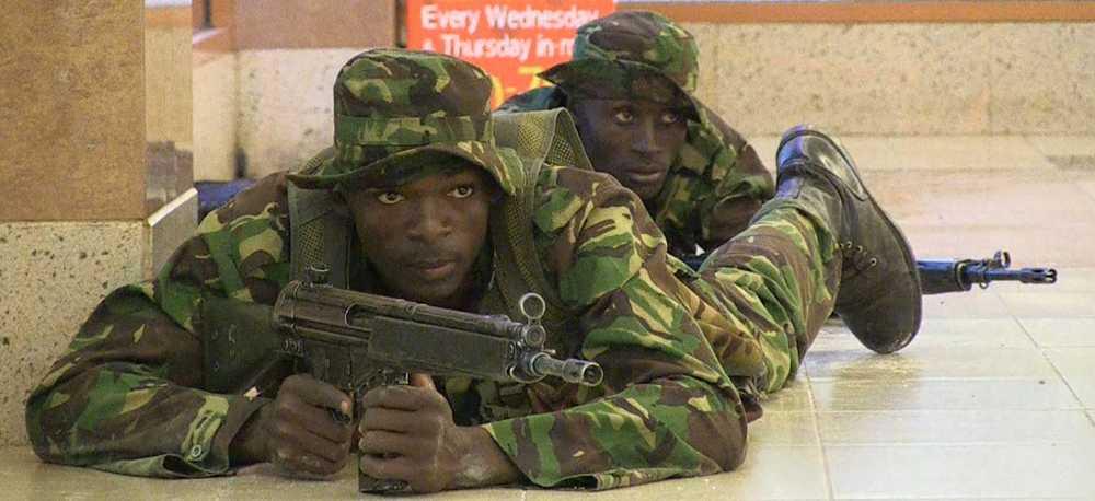Kenyanska soldater går igenom gallerian i jakt på gisslantagarna