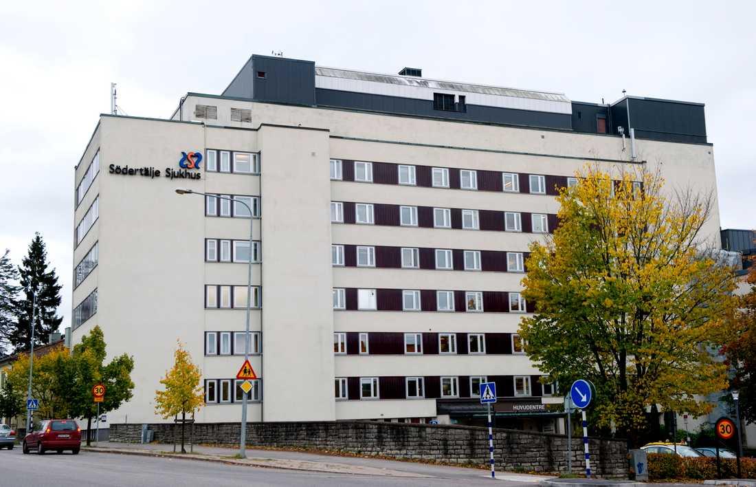 Chefsläkaren är tills vidare avstängd från sin tjänst på Södertälje sjukhus.