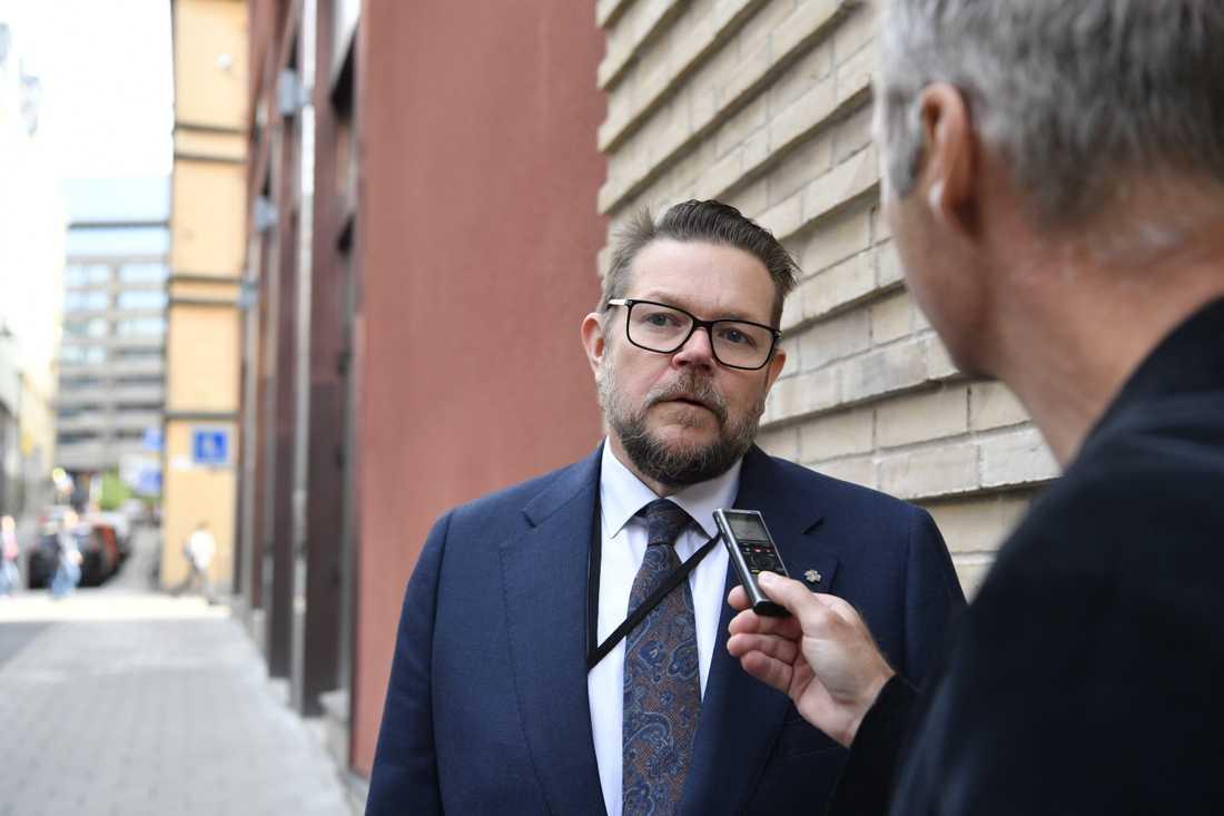 Centerpartiets rättspolitiske talesperson Johan Hedin anländer till samtalen om hur gängvåldet ska kunna stoppas på Justitiedepartementet i Stockholm.