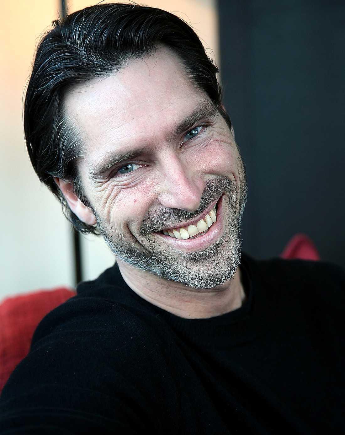 """Pontus Gårdinger, 47:  Rollen som hallåa ledde honom vidare bland annat till programledarjobbet för Melodifestivalen 1996. Har han jobbat som programledare i Kanal 5 med bland annat """"Mullvaden"""" och """"Sanningens ögonblick"""". Numera är han vd på produktionsbolaget Snowman."""