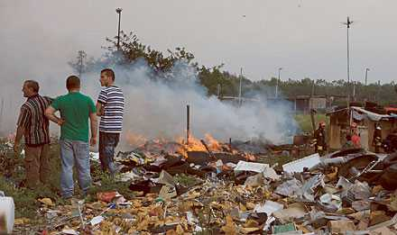 läger i lågor Ett romskt läger har satts i brand vid en attack mot de förtryckta invånarna. Högeralliansen gör sitt för att ge främlingshatet bränsle.
