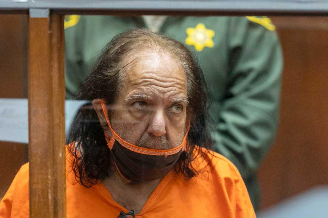 Ron Jeremy i rätten i juni i år. Porrskådespelaren nekar till anklagelser om våldtäkt och sexuella övergrepp. Nu åtalas han för ytterligare sexbrott. Arkivbild.
