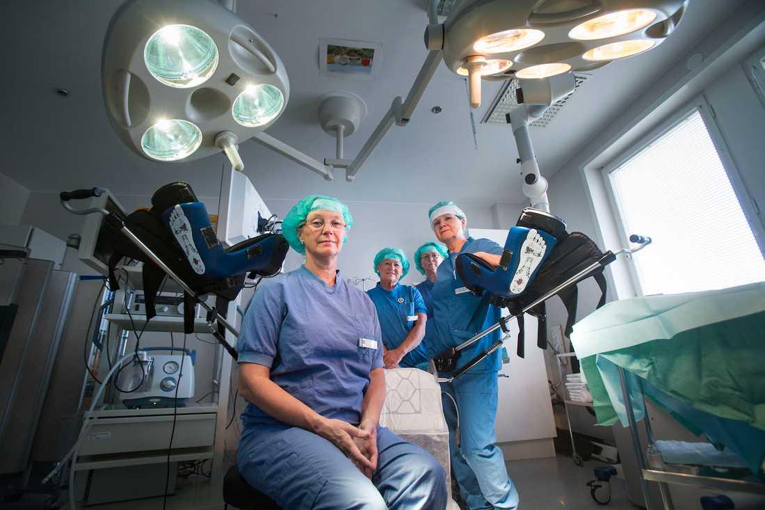 Eva Uustal, expert på förlossningsskador och en pinjonär inom det förebyggande arbetet för att minska bristningarna, i en operationssal vid Linköpings universitetssjukhus där hon arbetar som överläkare och gynkirurg med att bland annat laga förlossningsskador.