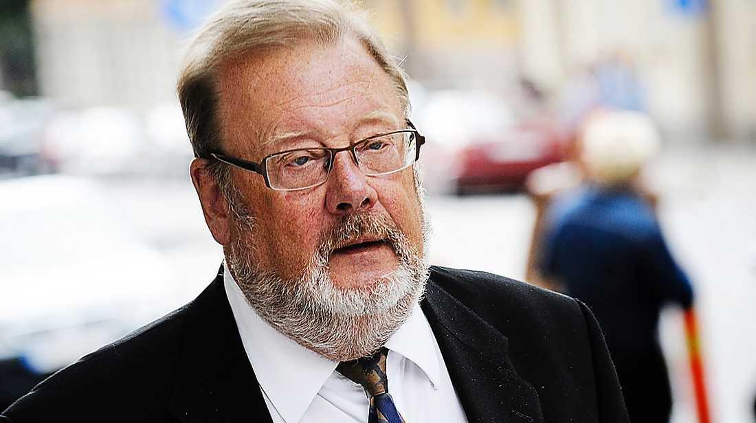 """Ola Lindholms advokat Peter Lindqvist undersöker om polisen har blandat ihop tv-stjärnans urinprov med någon annans. """"Det är fruktansvärt om det skulle vara så"""", säger han. Västerortspolisen tycker att anklagelsen är helt absurd."""