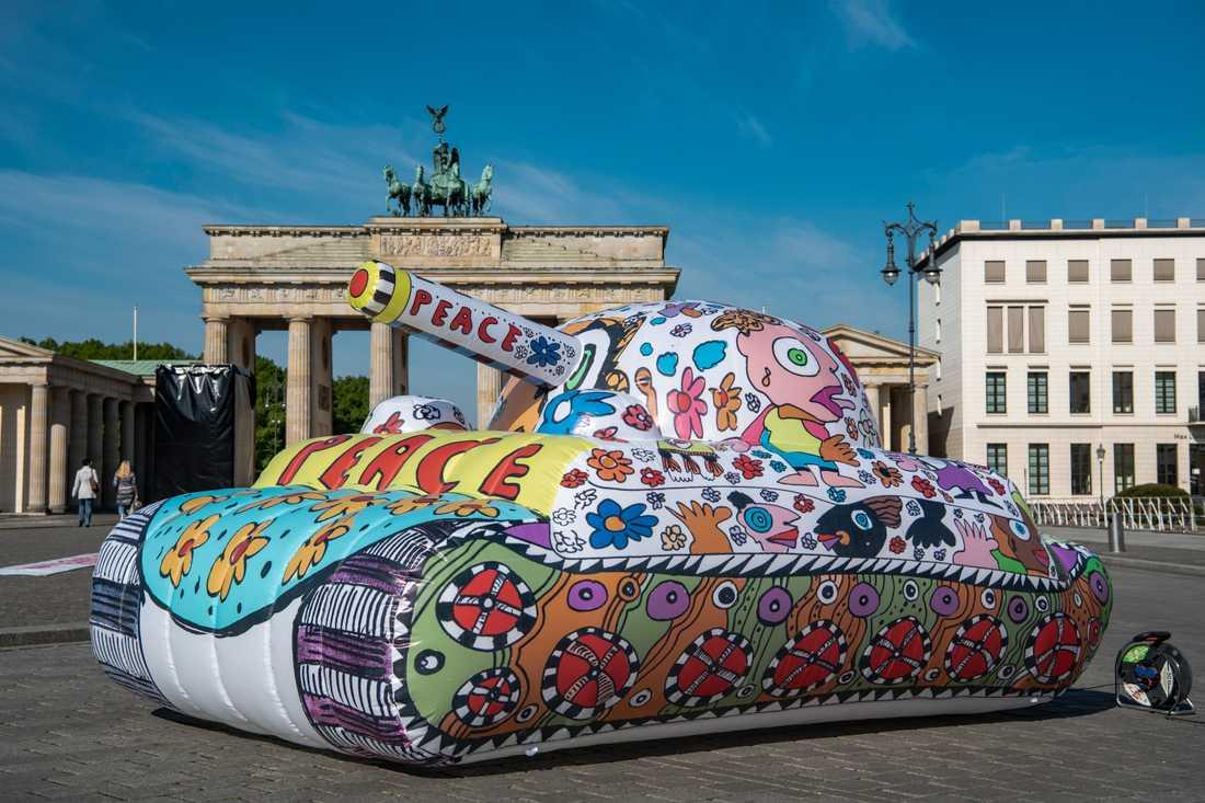 Den tyska popkonstnären Michael Fischer har byggt en uppblåsbar tank framför Branderburger Tor för att fira minnet av krigsslutet.