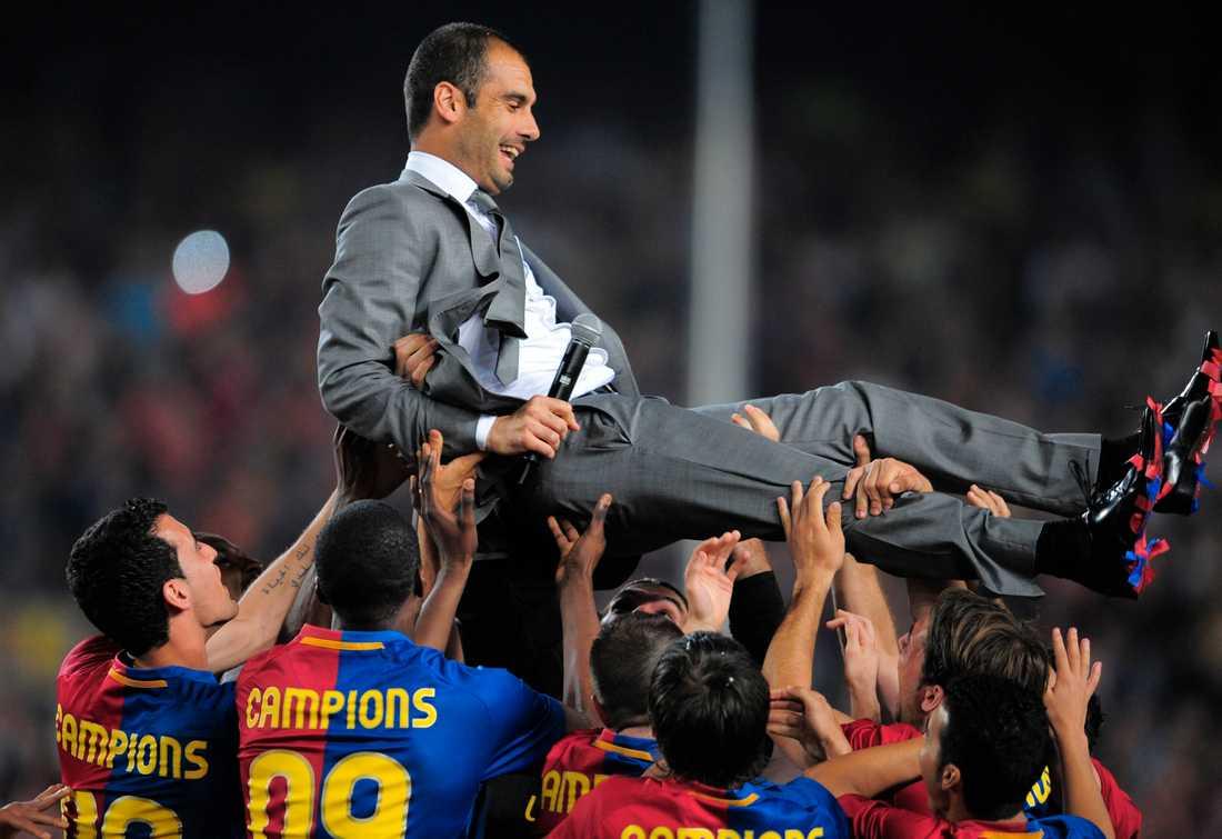 2009 Hissas efter ligatiteln säkrats mot Osasuna. Foto: AP