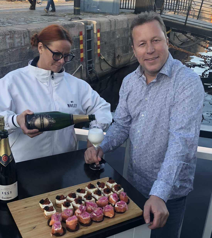 Champagne och tilltugg på M/S Molly efter bragden i Salem.