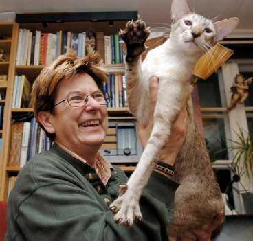 """självständiga älsklingar Sverak-ordföranden Anette Sjödin älskar katter för att de är så självständiga. """"Men det finns katter som är väldigt pockande och vill ha mycket sällskap. Andra vill vara mer för sig själva"""", säger hon. Här syns hon med siamesen Harry Potter."""