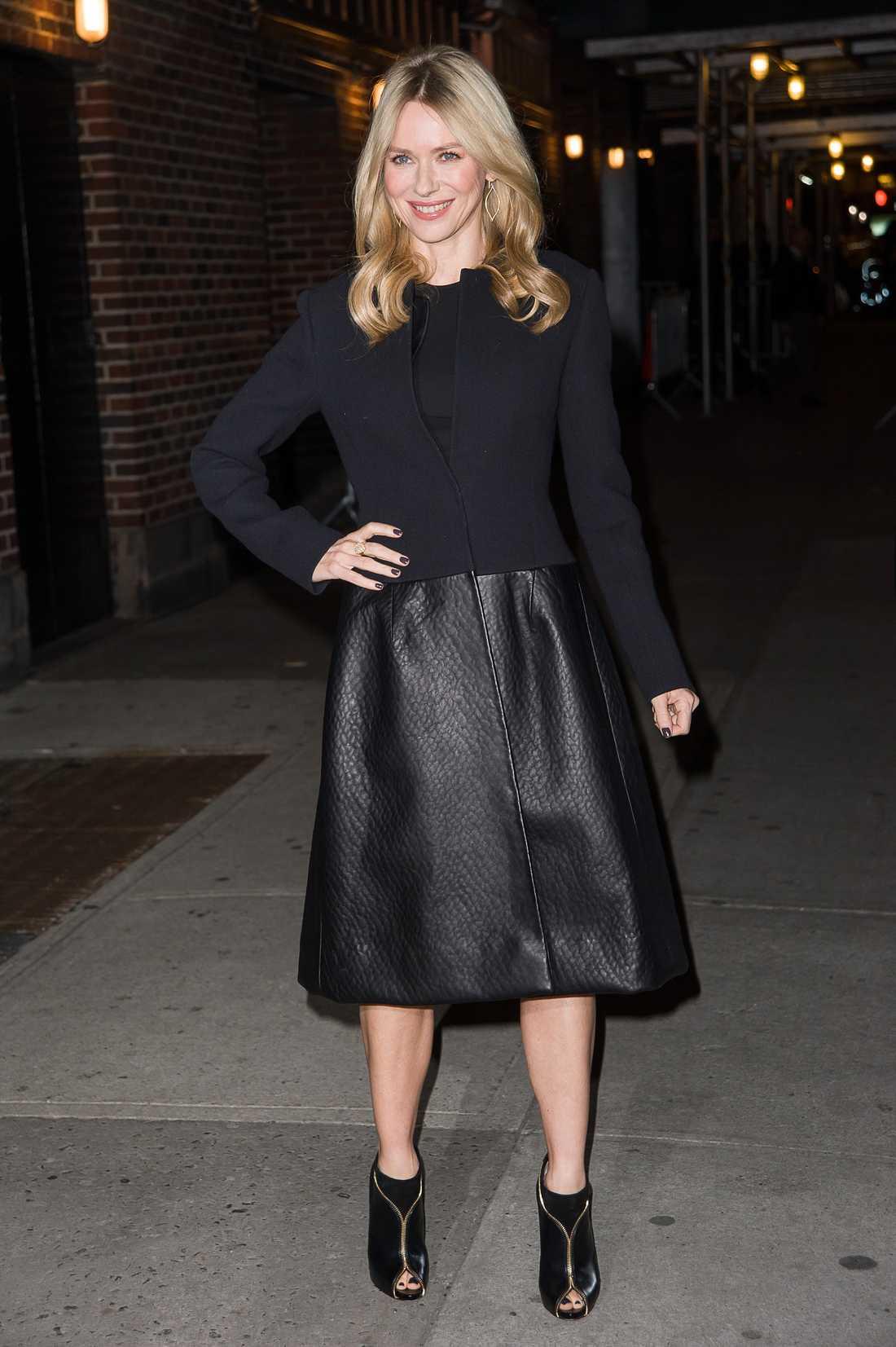 Naomi watts strålar i klänning från Stella McCartney, kappa signerad Calvin Klein och Louboutins på fötterna.