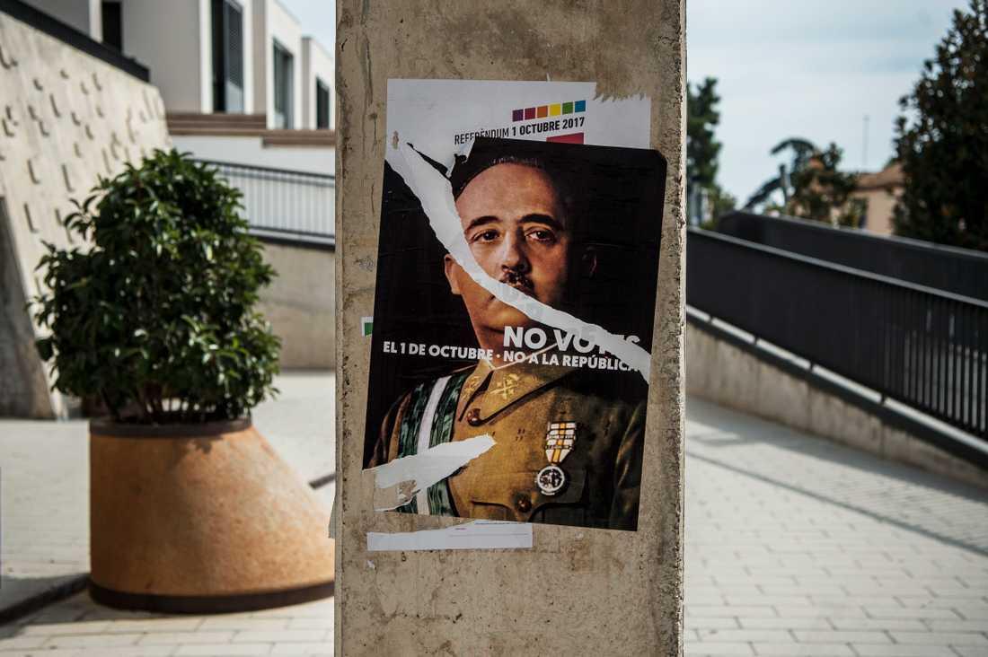 Dagen innan Katalonien tänker genomföra folkomröstning för att bli en självständig republik mot Spaniens vilja. En valaffisch med den f.d. diktatorn Francisco Franco menar att han hade varit emot valet. Foto: Robin Lorentz-Allard