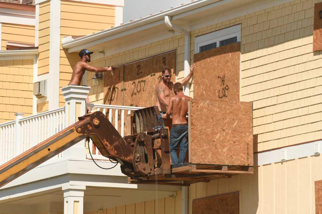 Fönster täcks för i Oak Island, North Carolina.