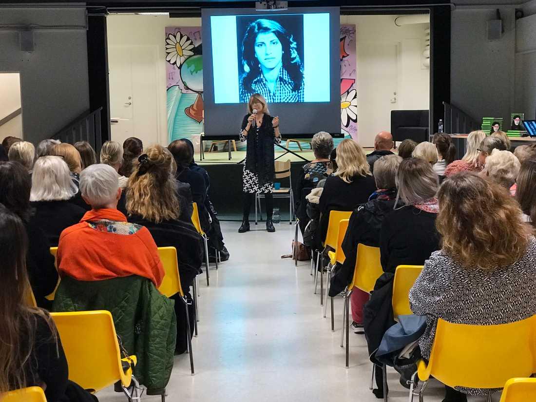 Här föreläser Maria Rashidi på kvinnojouren i Borås.