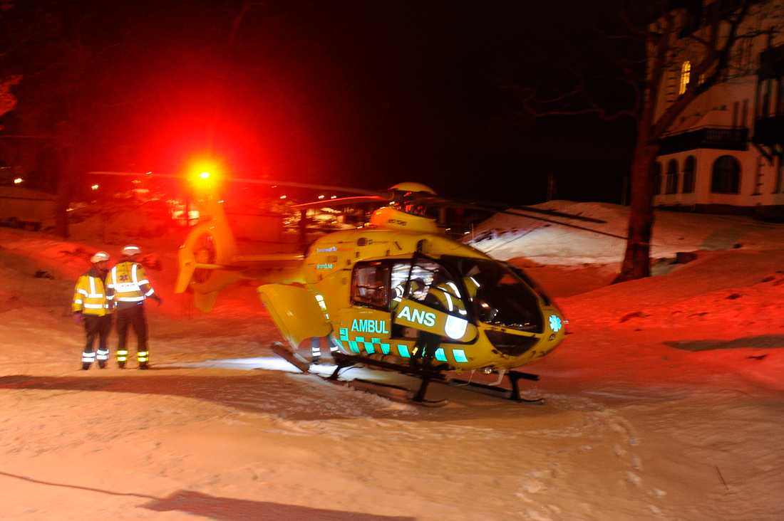 Den skadade städaren i tåget fördes med ambulanshelikopter till sjukhuset.