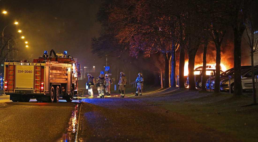 Under tumultet i Trollhättan stacks bland annat en bil i brand.