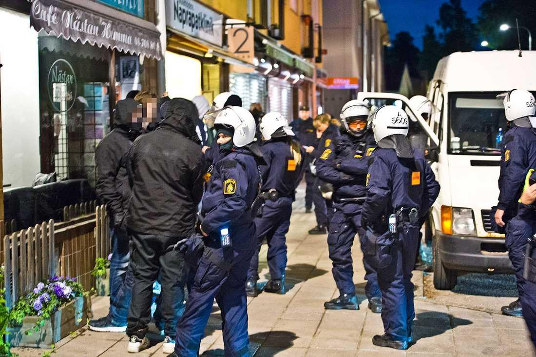18 personer togs in av polis. Enligt polisuppgifter till Aftonbladet rör det sig om högerextrema som startat ett medborgargarde.