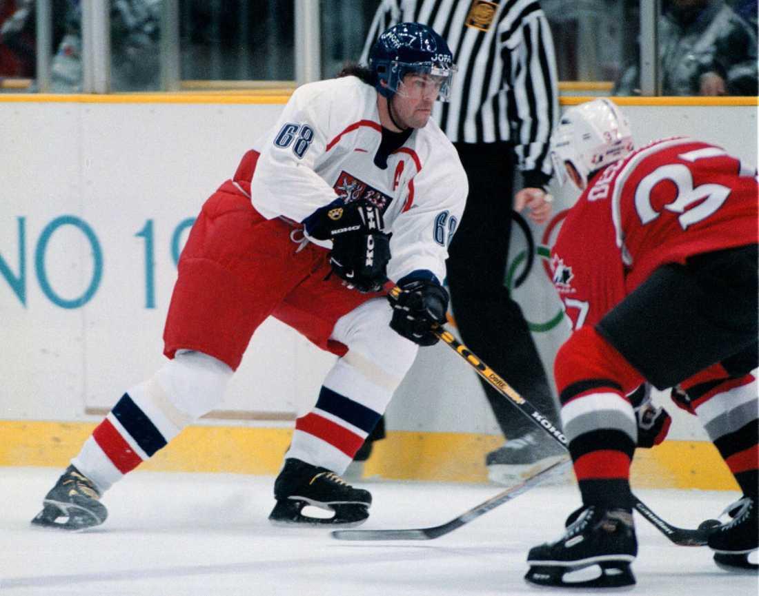 Jagr dribblar i duell med Kanadas Eric Desjardins i OS-semifinalen 1998. Tjeckien vann matchen med 2-1 efter straffar och vann sedan också finalen mot Ryssland med 1-0.