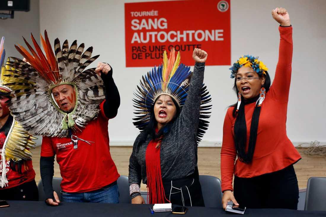 I mitten Sonia Guajajara, ordförande i ursprungsbefolkningarnas organisation i Brasilien, här i förra månaden vid en manifestation i Paris mot skogsskövlingen i Amazonas.