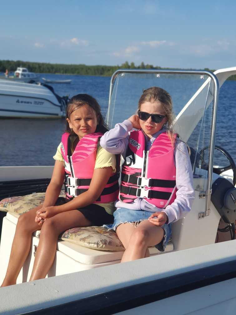 Kusinerna Siri och Hilda på båtutflykt till Ormskär i skärgården mellan Kalix och Haparanda.