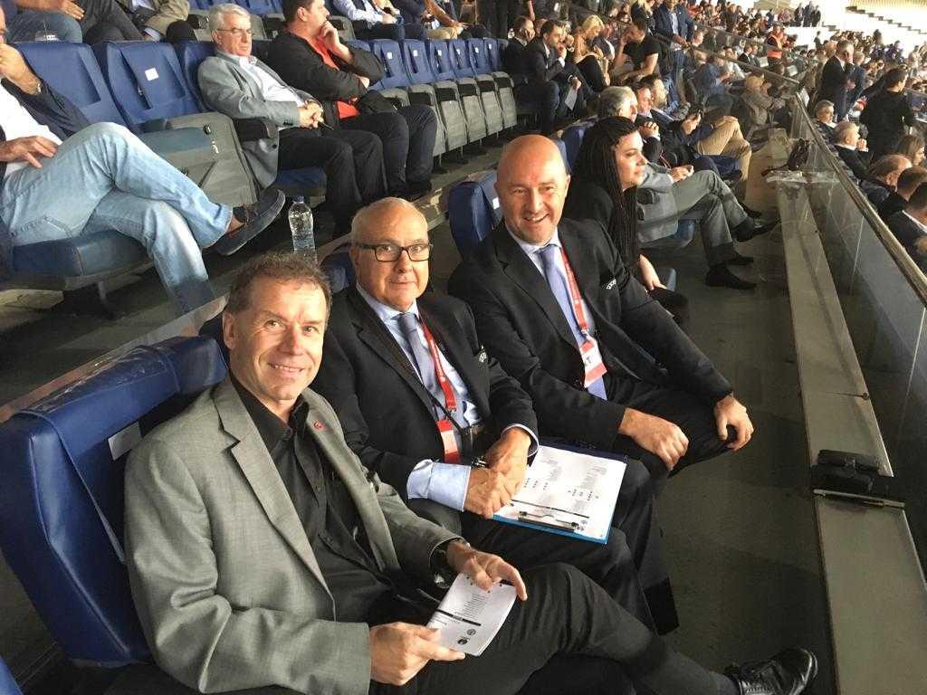 Leif Lindberg på uppdrag i Olympiastadion tillsammans med Uefas domarobservatör och delegat.
