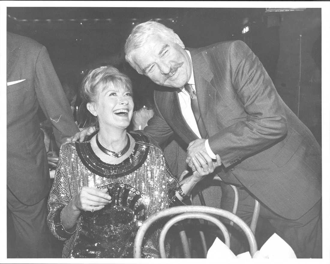 Monica Zetterlund fyller 50, och gratuleras av Hasse Alfredson i september 1987.