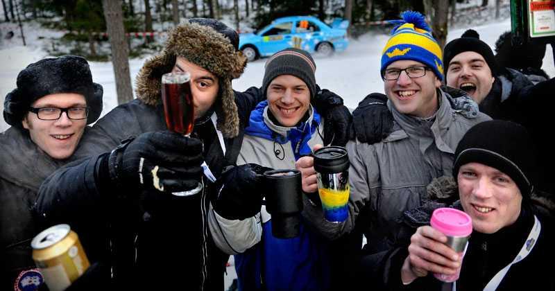 Emil Håkansson, tvåa från vänster, och Jörgen Jönsson, fyra från vänster, och deras vänner låter inte berusningsdryckerna bli avslagna under svenska rallyts höjdpunkt: Hoppet vid Colins crest.