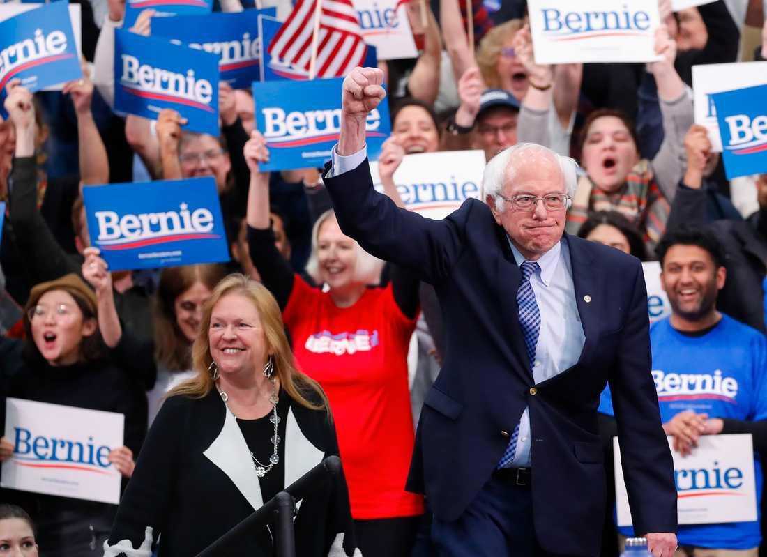 Vermontsenatorn och presidentaspiranten Bernie Sanders tillsammans med sin hustru Jane O'Meara Sanders på valvakan i Manchester i New Hampshire.