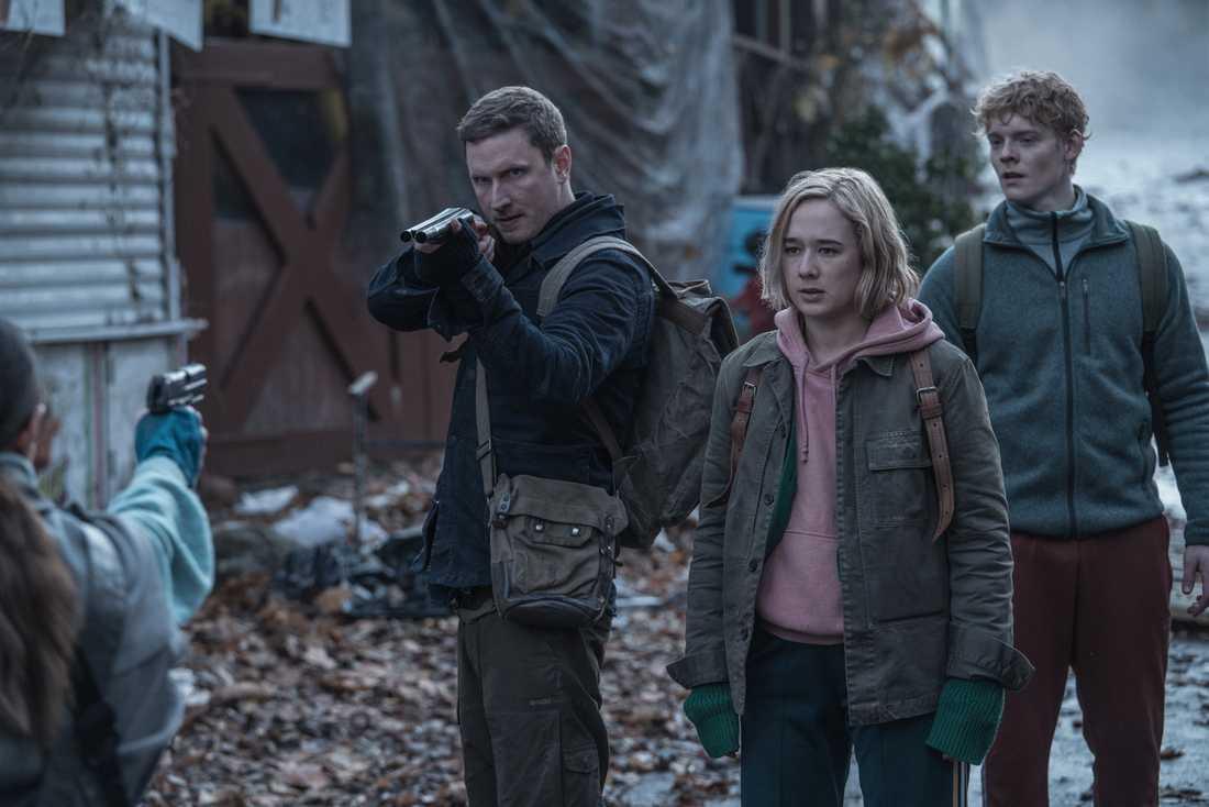 """Alba August återvänder till rollen som den beskyddande systern Simone i säsong två av Netflix danska originalserie """"The rain"""". Här med Mikkel Boe Følsgaard och Lucas Lynggaard Tønnesen. Pressbild."""