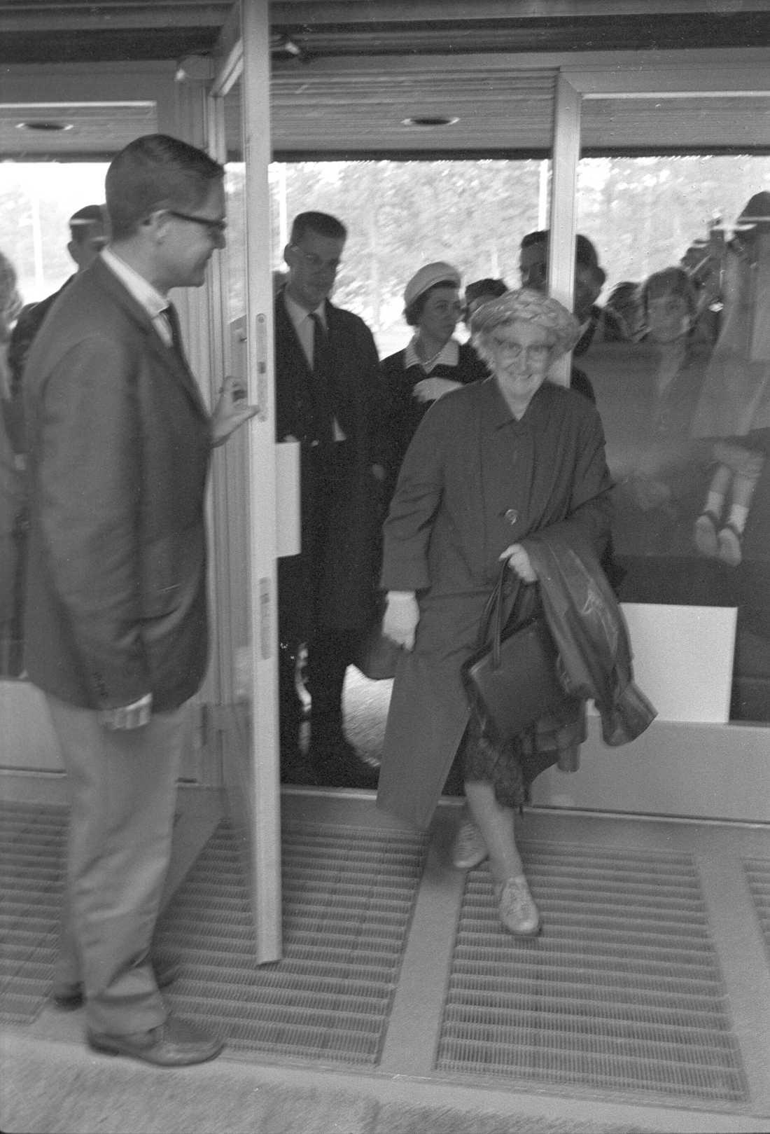 Ingvar Kamprad öppnar dörren och hälsar de första kunderna välkomna vid invigningen av Ikea i Kungens Kurva 1965.