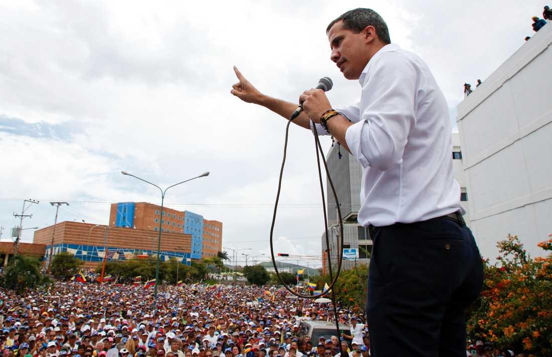 Venezuelas oppositionsledare Juan Guaidó under ett tal inför anhängare i Barquisimeto i nordvästra Venezuela under söndagen.